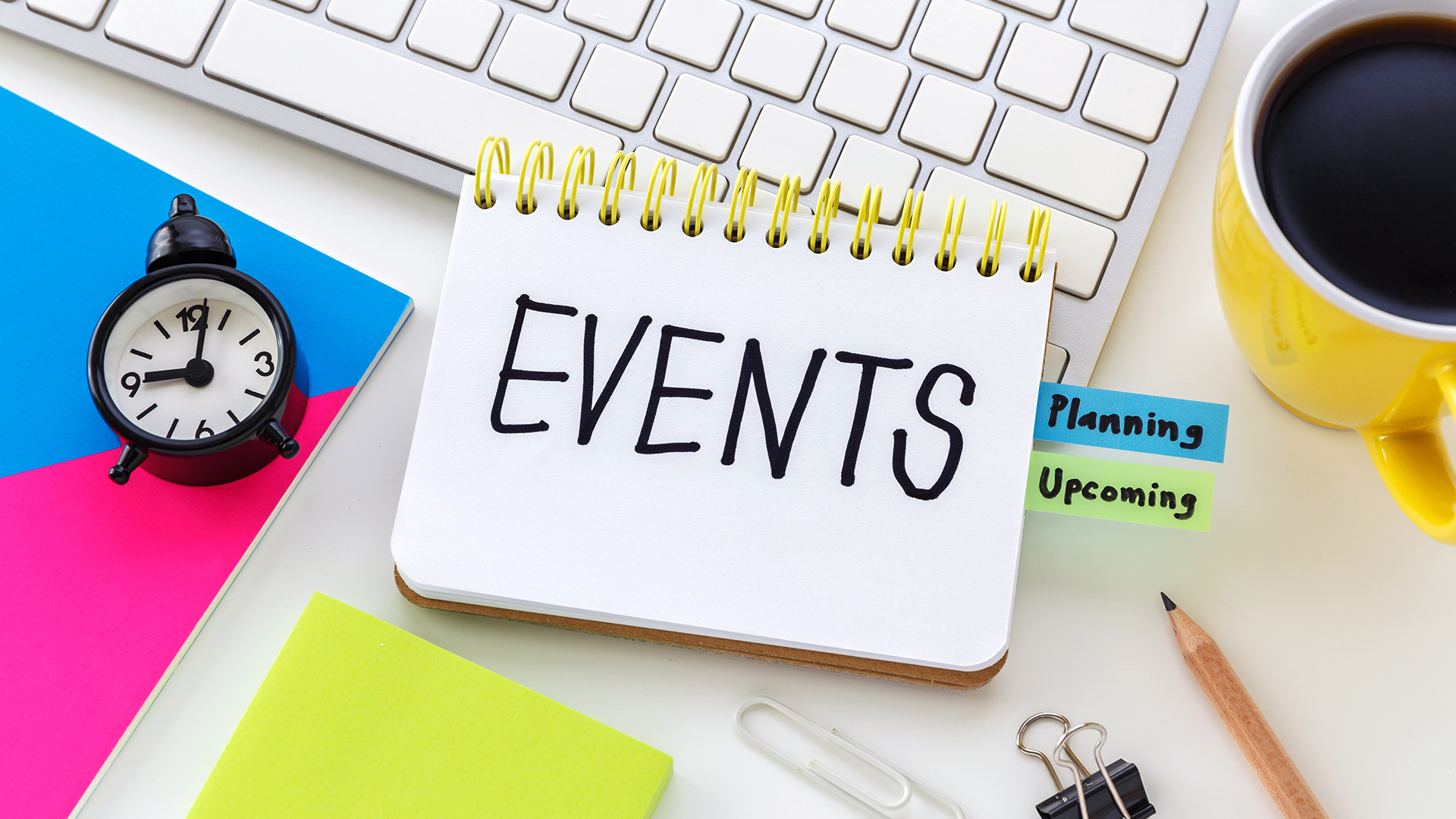 """បដារូបភាពនាឡិកាតូចដែលបង្ហាញម៉ោង 9:00 ជាមួយនឹងរូបភាពសៀវភៅកត់ត្រាដែលសរសេរថា """"EVENTS"""" និងថេបតូចៗចំនួនពីរដែលសរសេរថា """"planning"""" និង""""upcoming"""" និងរូបភាពពែងពីចំហៀងមានពណ៌លឿងដែលមានកាហ្វេខ្មៅ។"""
