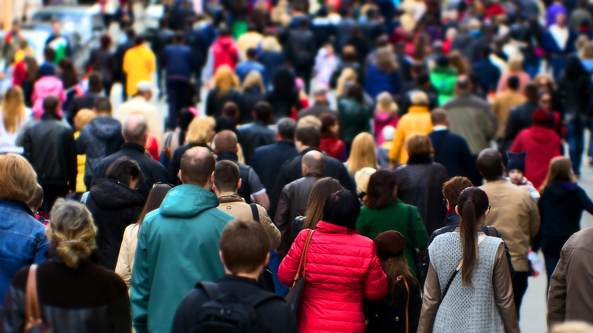Biểu ngữ có hình đám đông đa dạng đang diễu hành.
